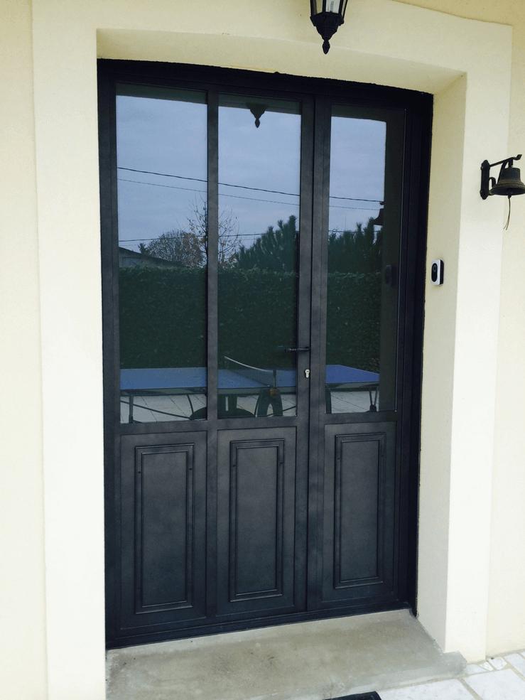 Photo d'une porte d'entrée avec des vitres dessus